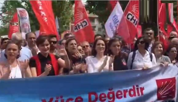 Canan Kaftancıoğlu, yurttaşlarla beraber Çav Bella'yı söyledi
