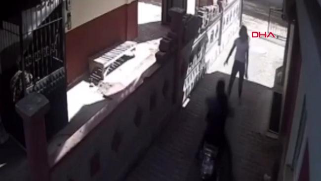 Genç kız, 1'inci kattan atlayıp, motosiklet hırsızlarına müdahale etti