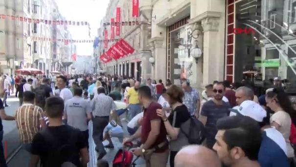 İstiklal Caddesi'nde gökten para yağdı! Vatandaşlar toplamak için birbiriyle yarıştı