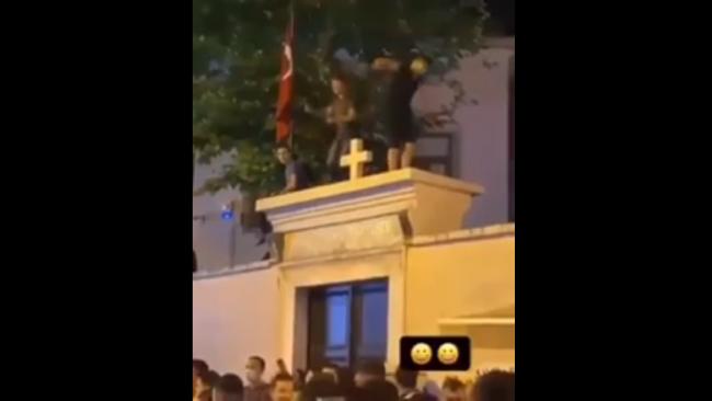 Kadıköy'de kilise kapısı üzerinde tepinenler gözaltına alındı