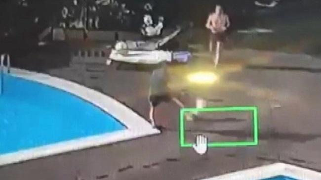 Site içinde köpeği tekmeleyen site yöneticisini havuza attı