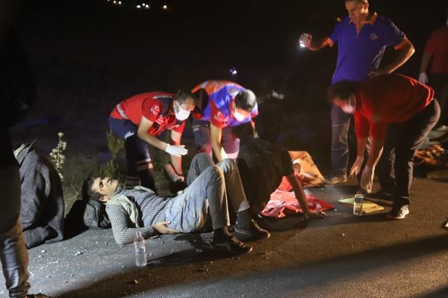 Van'da kaçak göçmenleri taşıyan minibüs şarampole devrildi: 1 ölü, 16 yaralı