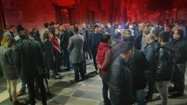 Gergin bekleyiş! İYİ Partililer Mersin Büyükşehir Belediyesi önünde toplandı
