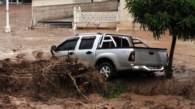 Sağanak yağış Rize'de hayatı felç etti! Sel ve heyelan...