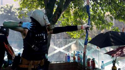 Hong Kong'da polis üniversite kampüsüne girmeye çalıştı, göstericiler ana girişi ateşe verdi
