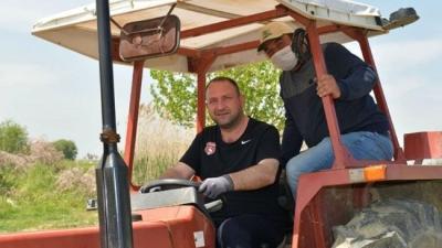 İzmir Çiğli'de tarlaları belediye sürüyor