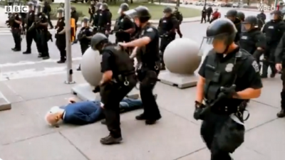 New York'ta polisin yere ittiği 75 yaşındaki protestocu kişi ağır yaralandı İŞTE O ANLAR...