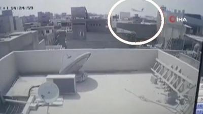 Pakistan'da yolcu uçağının düşme anının görüntüleri ortaya çıktı